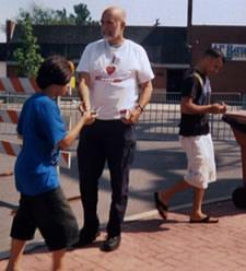 """Tim Berends vistiendo su camiseta """"Amo a los musulmanes"""""""