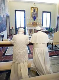 """Si el Catolicismo ha """"cambiado"""", ¿por qué los Papas Francisco y Benedicto están orando juntos al ídolo Madonna Negra?"""