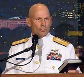 El Guardia Costero Almirante William D. Lee está siendo atacado por dar una Biblia a un militar que había intentado suicidarse. Hay un gran esfuerzo para prohibir todo testimonio del Evangelio en el ejército.